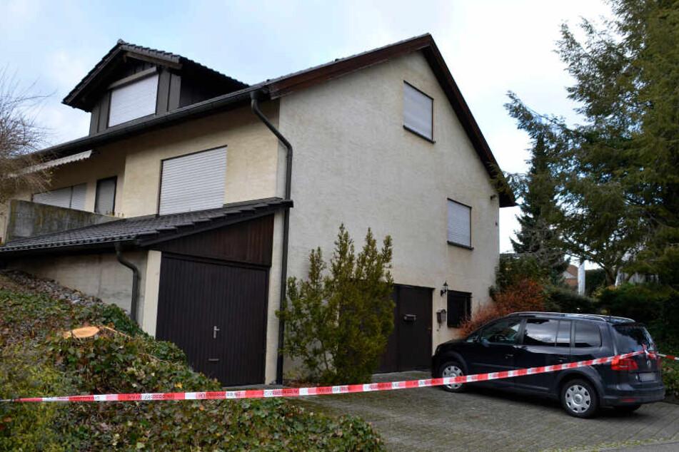 In diesem Haus wurde die Tote sowie die beiden Verletzten gefunden.