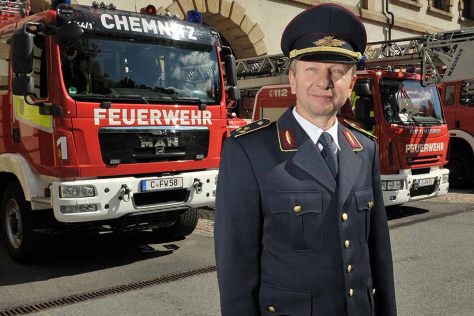 Feuerwehr-Chef Bernd Maschner (58) sucht neue Auszubildende.