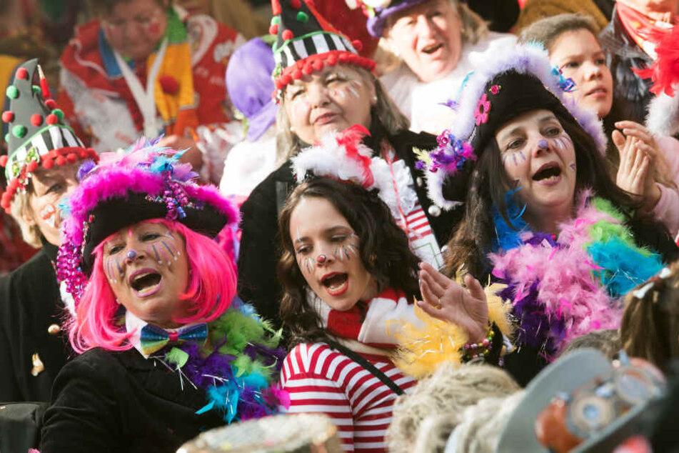 Verkleidete Närrinnen und Narren feiern in Köln.