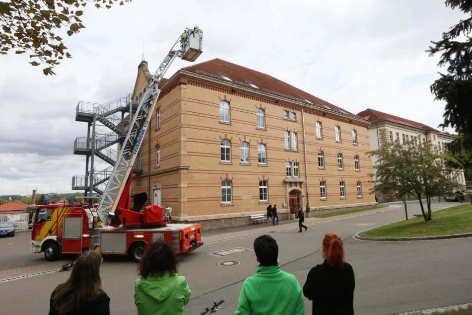 Feuerwehr-Einsatz wegen eines Mannes auf dem Dach des Verwaltungsgebäudes in Zwickau.