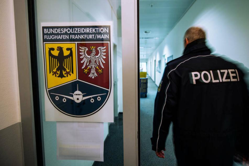 Frankfurt: Hat sie Kriegsverbrechen begangen? IS-Rückkehrerin am Flughafen festgenommen