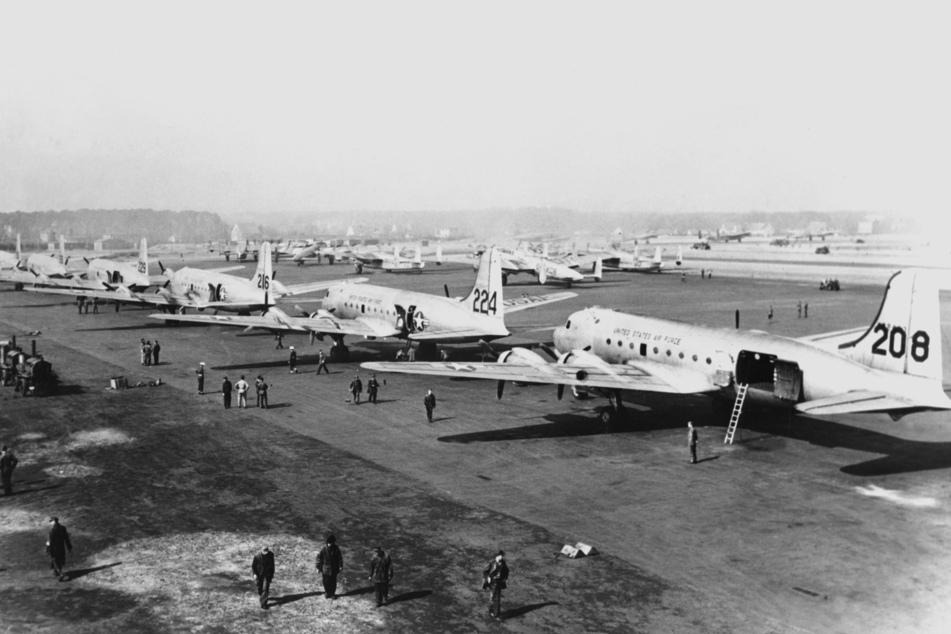 Fast ein Jahr lang versorgten Flugzeuge der drei westlichen Sektoren Westberlin mit Lebensmitteln und Ausrüstung.