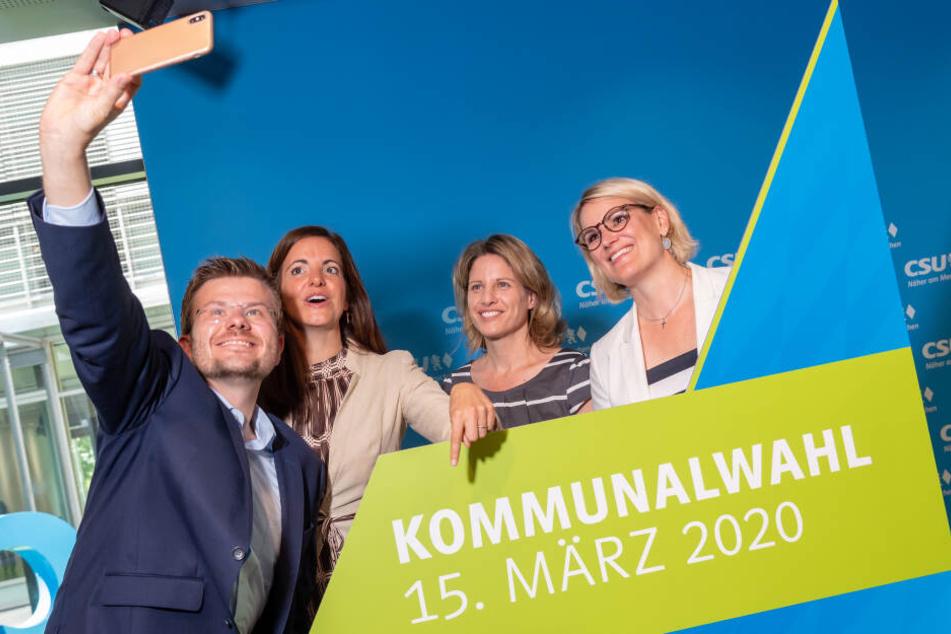 Die CSU-Oberbürgermeister-Kandidaten Marcus König (Nürnberg, l-r), Kristina Frank (München), Astrid Freudenstein (Regensburg) und Eva Weber (Augsburg) stehen für ein Selfi zusammen.