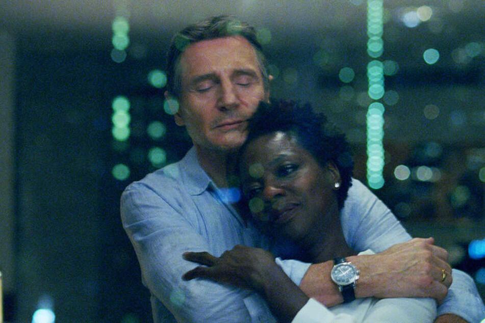 Harry Rawlin (l., Liam Neeson) umarmt seine Frau Veronica (Viola Davis) liebevoll.