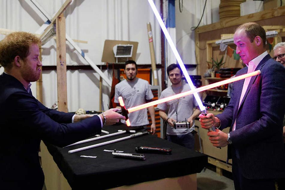 """Die Prinzen Harry (l.) und William am """"Star Wars""""-Set."""