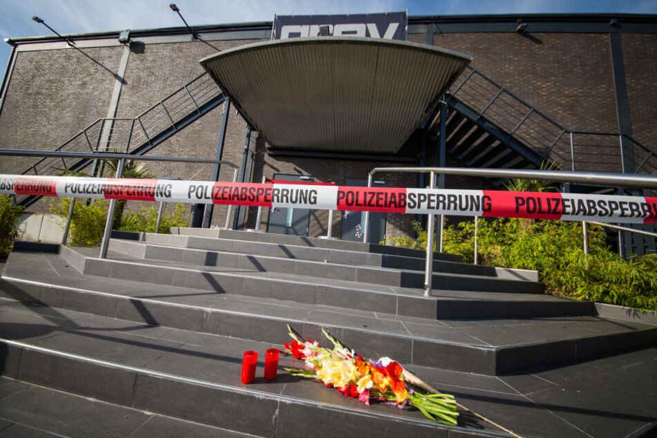 """Vod dem Eingang des Clubs """"Grey"""" in Konstanz wurden Blumen und Kerzen niedergelegt. Ein Mann tötete am 30.07.2017 einen Türsteher mit einem Sturmgewehr (Archivbild)"""