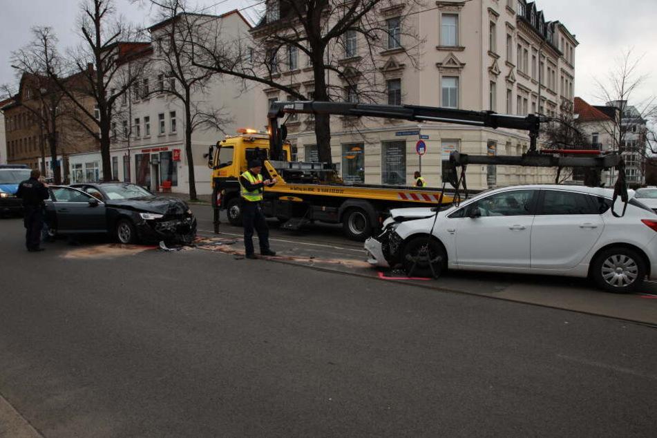 Auf der Georg-Schumann-Straße sind am Montagmittag zwei Autos frontal zusammengestoßen.