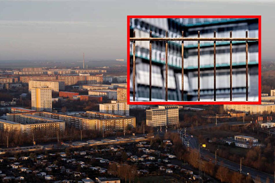 In der Weißdornstraße in Grünau trennt nun ein 1,63 Meter hoher Zaun einen Plattenbau-Komplex vom derzeit entstehenden Flüchtlingsheim ab.