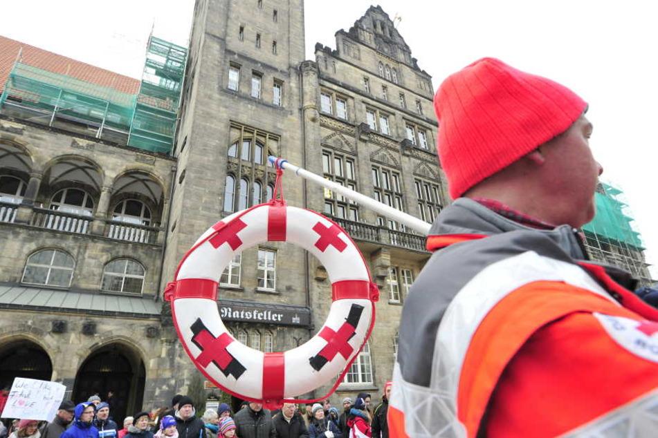 Demo für den Bau der Schwimmhalle vorm Chemnitzer Rathaus.