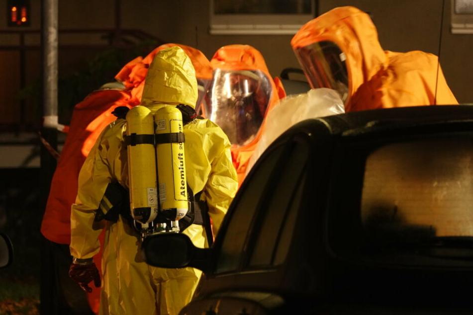 Eine Spezialeinheit untersuchte Pakete nach giftigen Stoffen.
