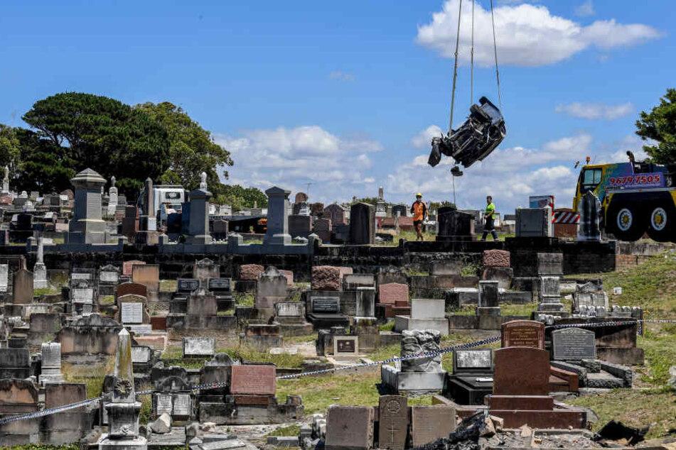 Per Kran musste das Trümmer-Auto von dem Friedhof gehoben werden.
