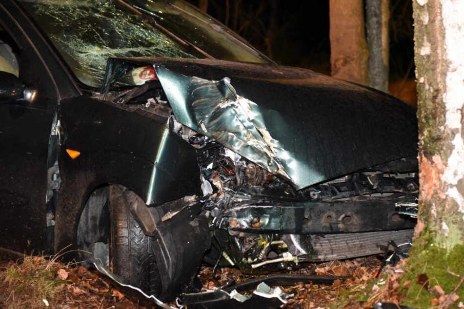 Unfall in der Oberlausitz: Fahrer fährt betrunken gegen Baum
