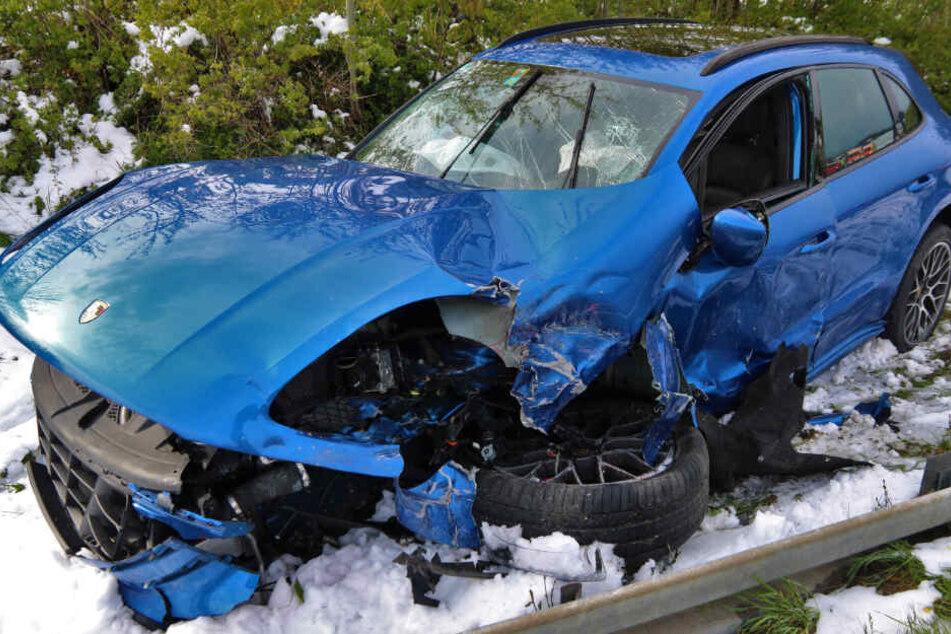 Ein Porsche Cayenne wurde bei einem Unfall auf der B12 schwer beschädigt.