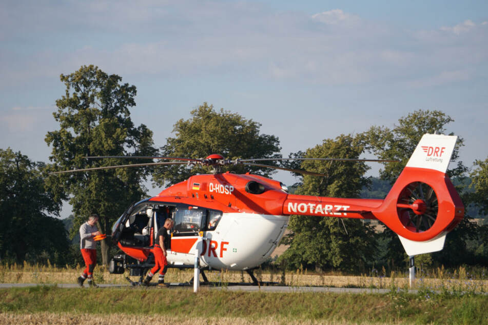 Ein Helikopter brachte den Notarzt an den Unfallort und später die Schwerverletzten in ein Krankenhaus.
