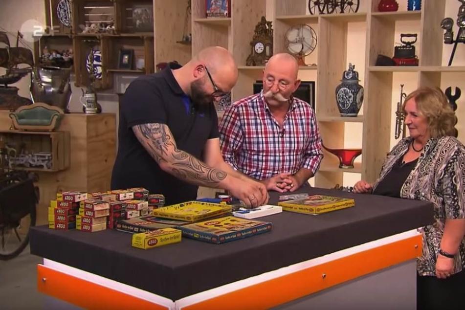 Horst Lichter und Sven Deutschmanek schauen sich Utes Lego-Schatz an.
