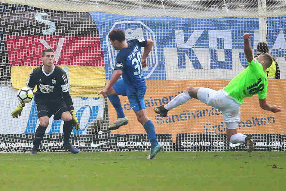 Das 3:2 für den SV Meppen! Wieder hat Benjamin Girth (l.) getroffen, CFC-Schlussmann Kevin Kunz und der an Boden liegende Maurice Trapp waren machtlos.