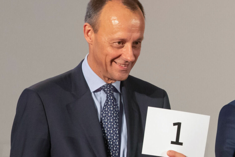 Friedrich Merz, früherer CDU/CSU-Fraktionschef,hält bei der CDU-Regionalkonferenz die Losnummer eins.