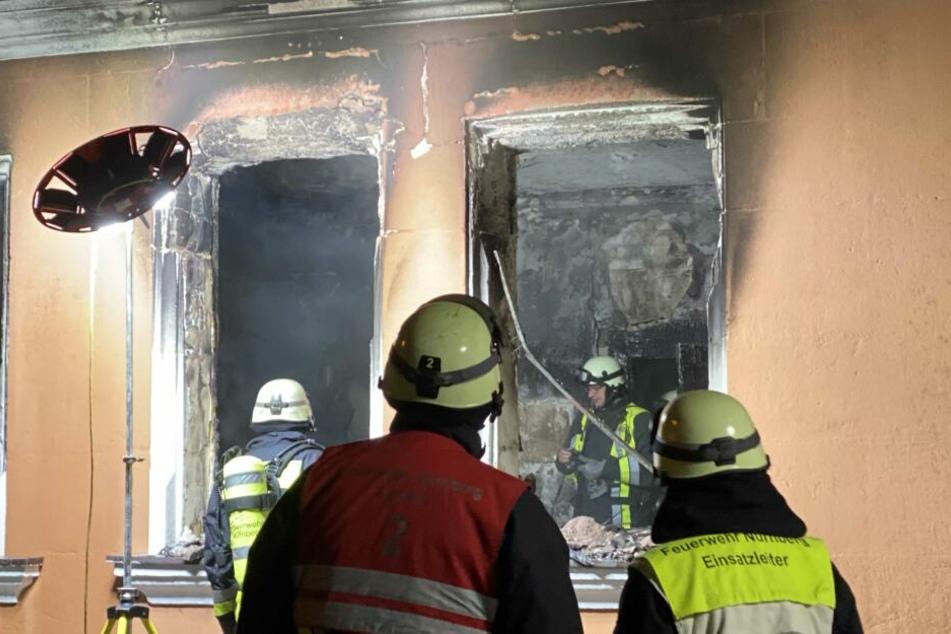 Die Wohnung im Erdgeschoss brennt völlig aus.