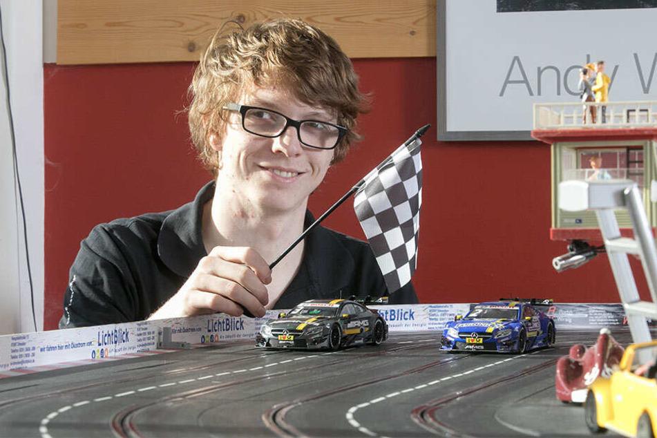 Max Pfaffner (22) ist Carrera-Fan und hilft beim Aufbau fürs Rennen.