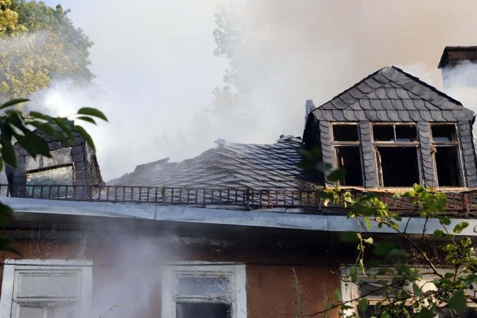 Bei dem Gebäude bestand akute Einsturzgefahr, die Feuerwehr konnte nur von außen löschen.