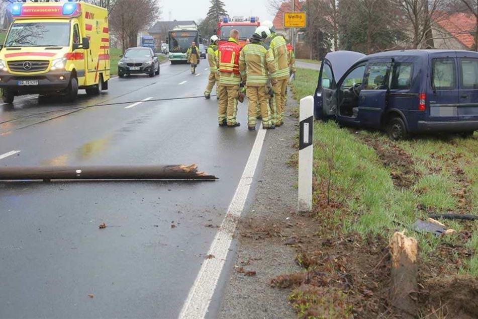 Das Auto landete im Straßengraben, der Telefonmast liegt quer über der Straße.