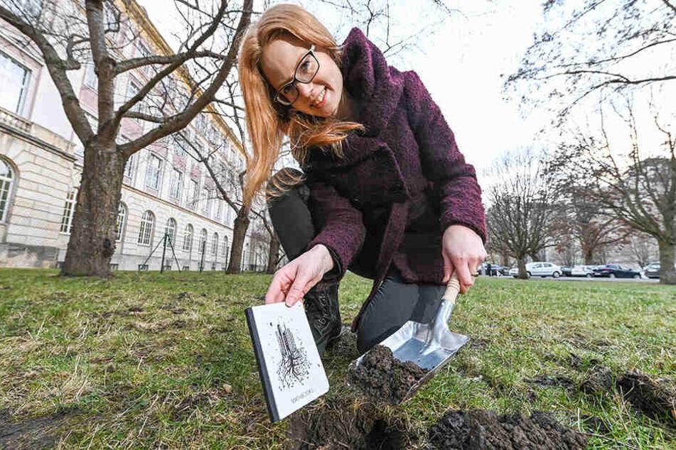 Matabooks-Mitarbeiterin Franziska Mahr (25) pflanzt ein veganes Samenbuch in die Erde ein.
