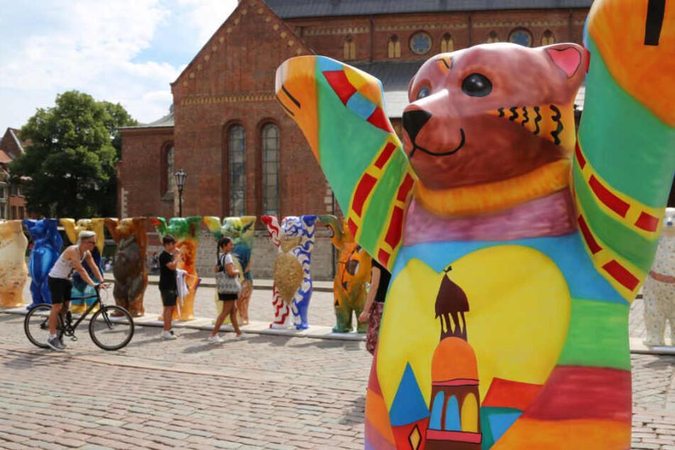 Der Riga-Bär steht auf dem Domplatz vor dem Dom.