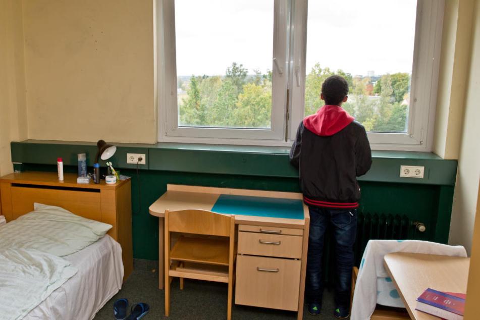 Ein 16-jähriger Flüchtling aus Eritrea steht am Fenster seines Zimmers in einer Wohngruppe für unbegleitete minderjährige Flüchtlinge. (Archivbild)