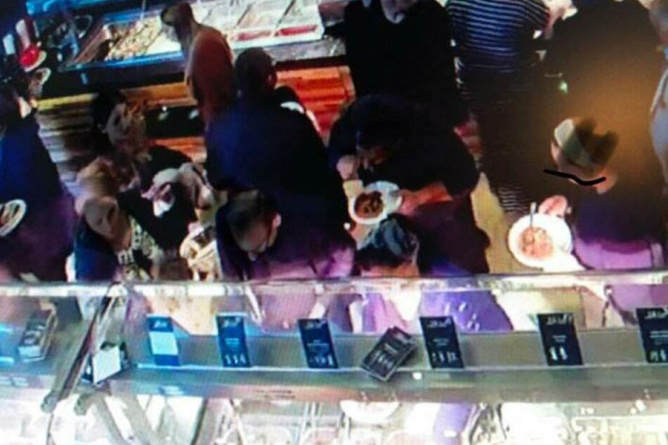Über 150 Personen fielen über das Buffet her.
