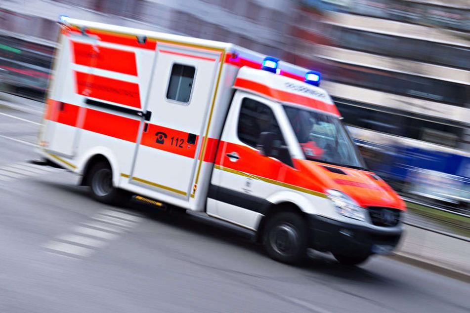 Bei dem Unfall wurden drei Menschen schwer verletzt. (Symbolbild)