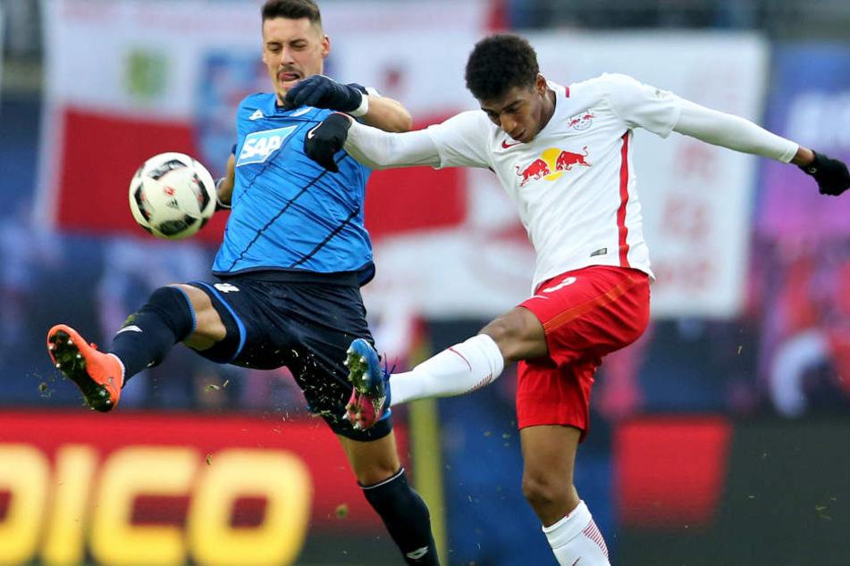 Wenn der Trainer ihn aufstellt, könnte es Leipzigs Bernardo (re.) wieder mit Stürmer Sandro Wagner zu tun bekommen.