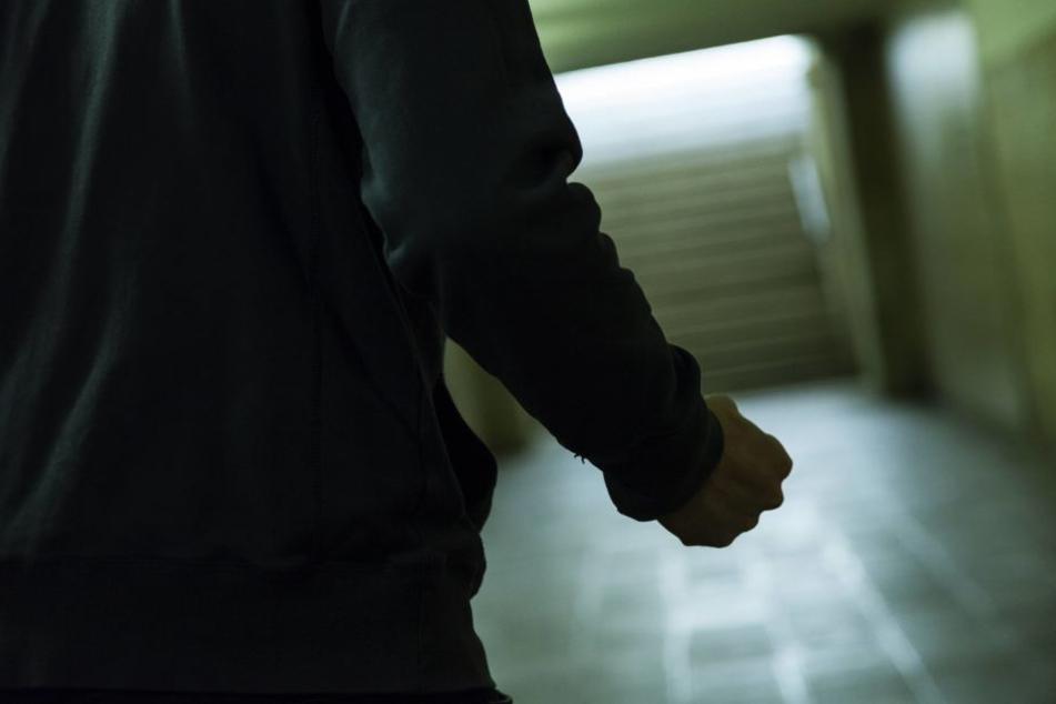 Als er auf seiner Diebestour erwischt wurde, ging der 25-Jährige auf den Patienten los! (Symbolbild)