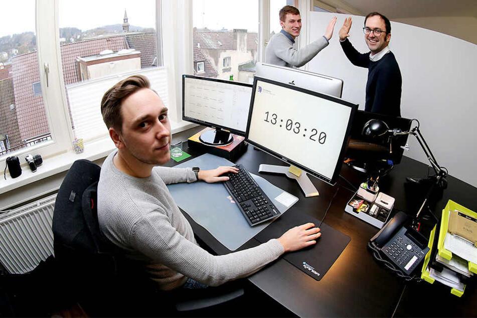 Mark Mühlberger (li.) und Mario Klassen sind sehr zufrieden mit der Idee ihres Chefs Lasse Rheingans (re.) nur fünf Stunden am Tag zu arbeiten.