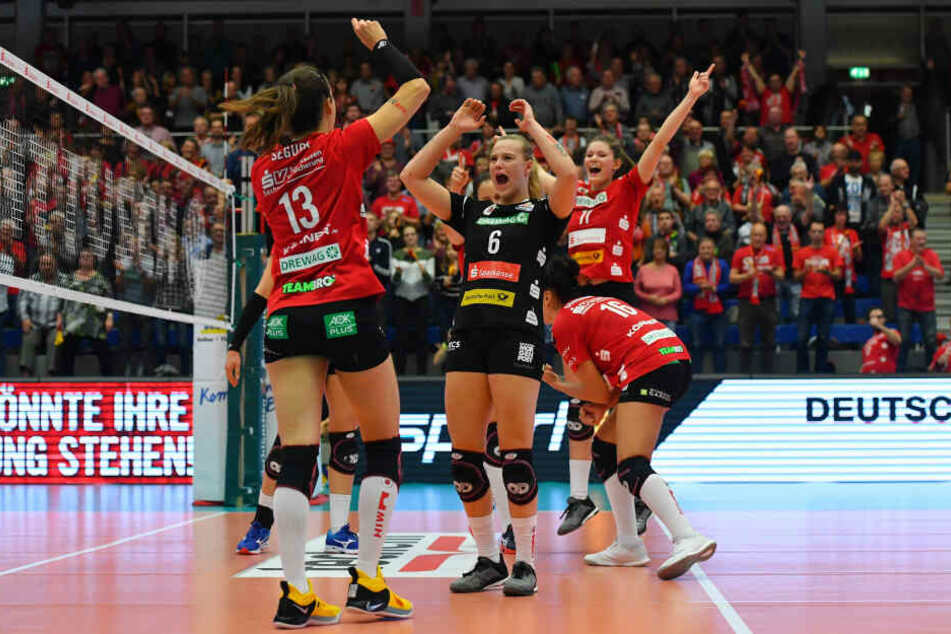 Maria Segura (v.l.), Michelle Petter, Katharina Schwabe und Rica Maase jubelten herrlich nach dem 3:0-Sieg gegen Erfurt.