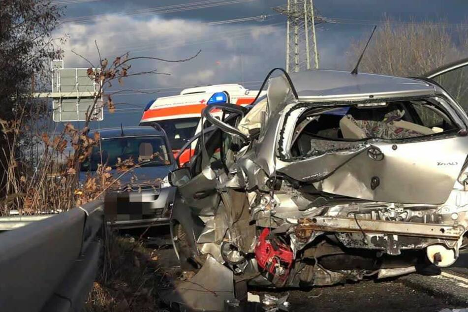Heftiger Crash mit drei Pkw sorgt für Trümmerfeld auf A67: Mann in Lebensgefahr
