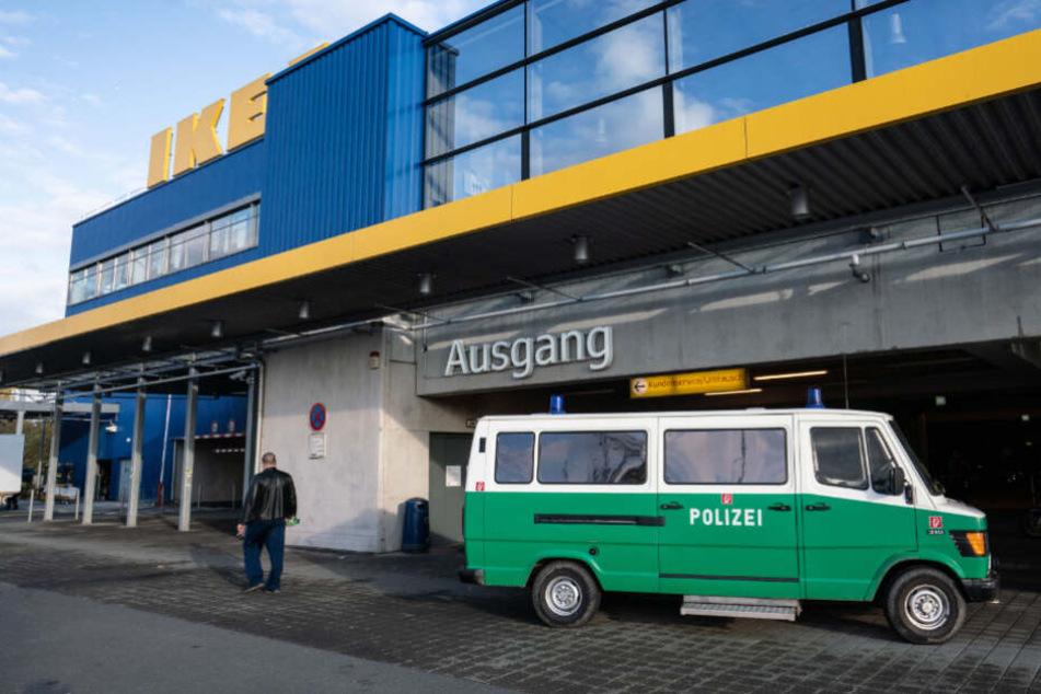 Ein Einsatzfahrzeug der Polizei steht vor der Ikea-Filiale in Frankfurt.