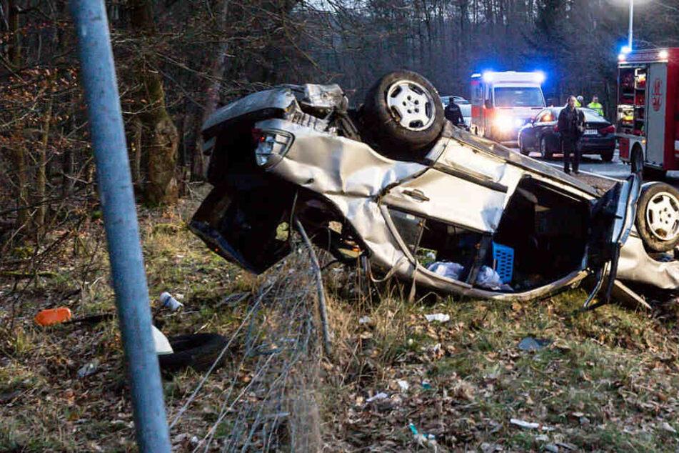 Fahrer wird aus Auto geschleudert und stirbt