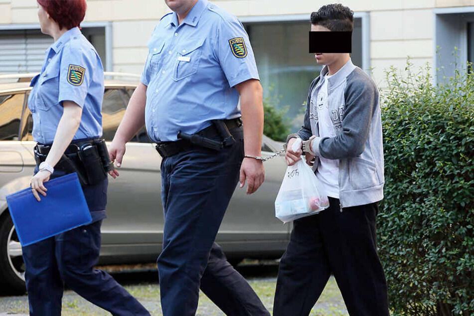 In Handschellen wurde Mohamad A. (16) gestern aus der U-haft zum Prozess gebracht.