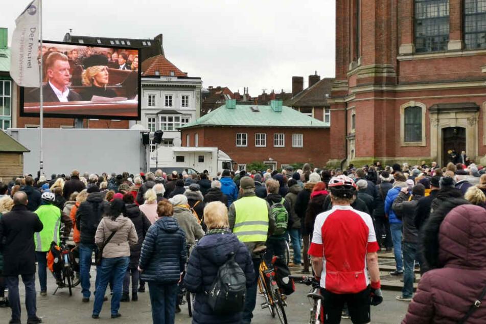 Rund 1500 Menschen verfolgten die Übertragung der Trauerfeier für Jan Fedder live vorm Michel.