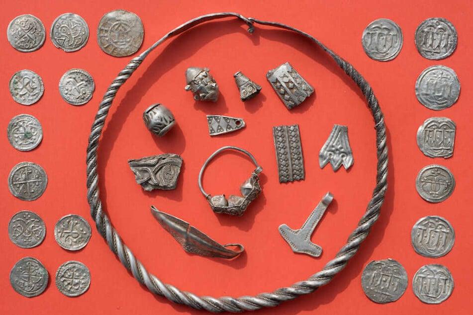 Ein Teil des Silberschatzes: Münzen, Amulette und Schmuck.