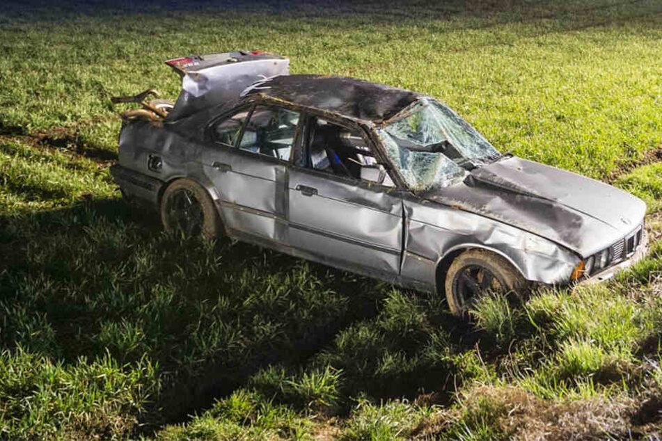 Der BMW landete schwer beschädigt in einem Feld.