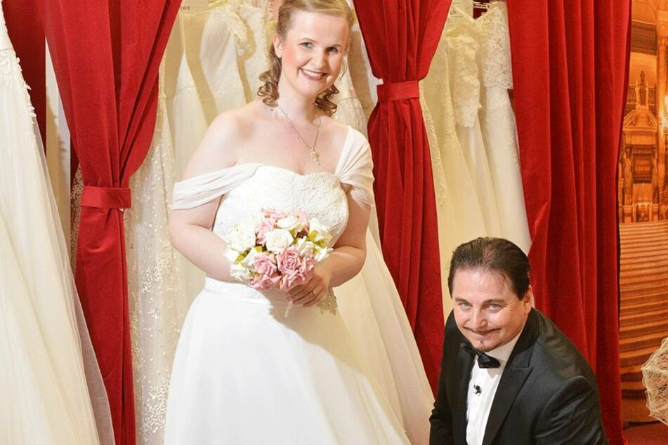 Uwe Herrmann (55) kleidet Bräute wie Anne (26) für die Hochzeit ein.