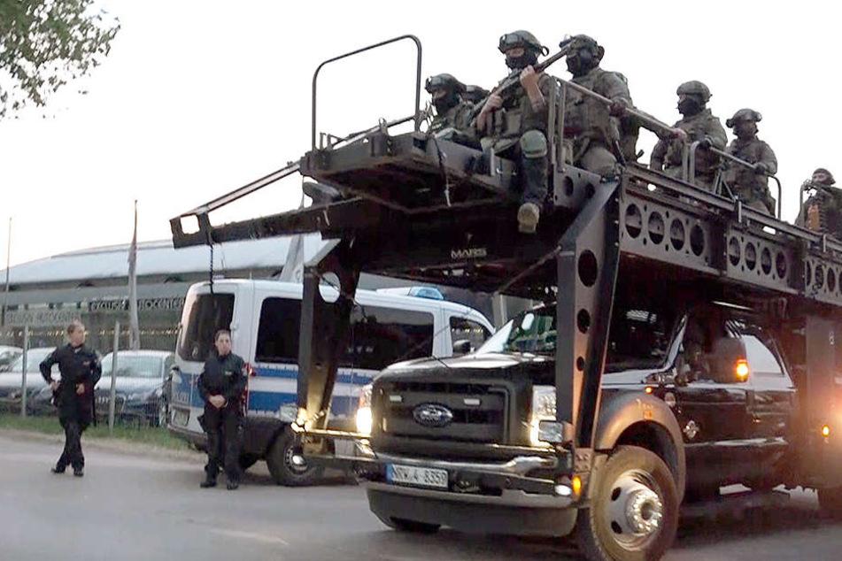 Mit diesem Spezialfahrzeug rammte die Polizei das Vereinsheim der Hells Angels auf