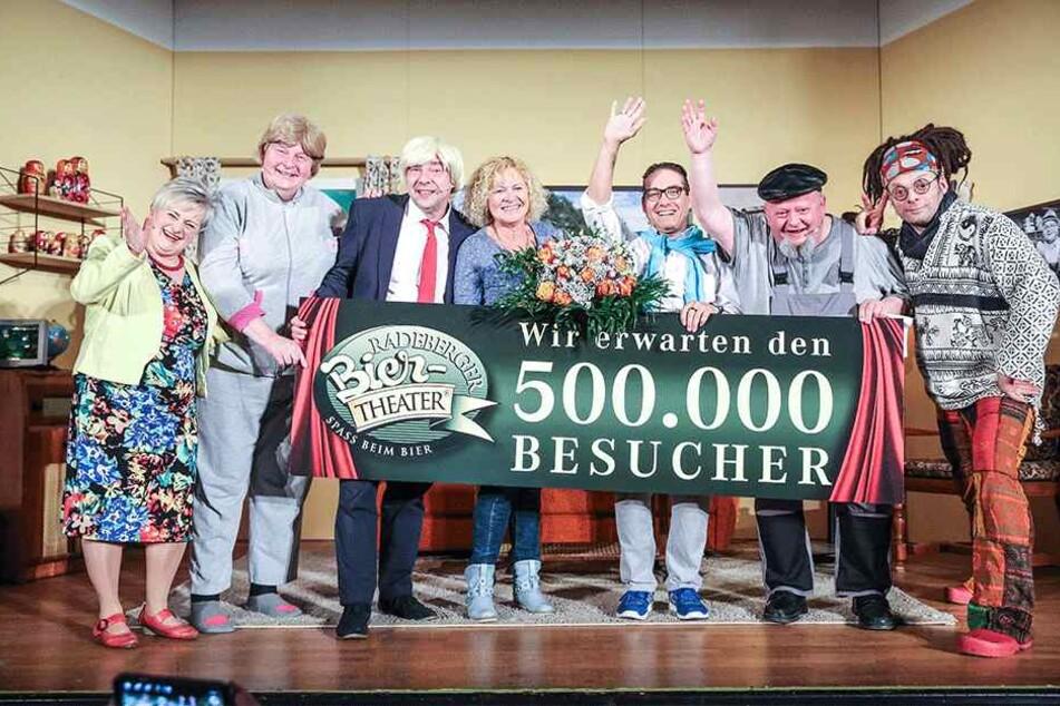 """Die Darsteller von """"Malzau braut sich"""" feiern Angelika Möckel (Mitte) auf der Bühne als Jubiläumsgast."""