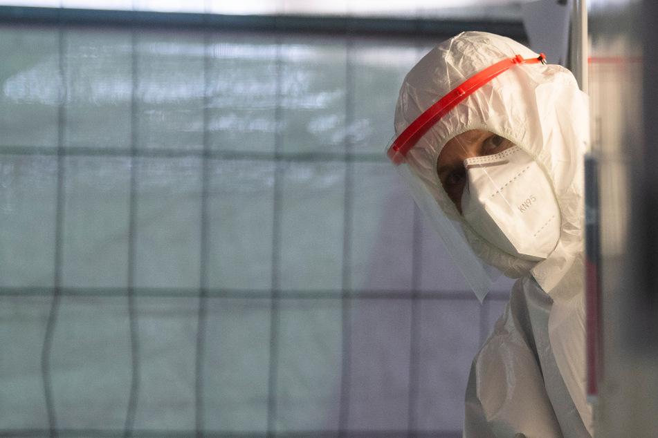 Ein Helfer der Johanniter wartet im Corona Testzentrum am Flughafen Hannover auf den nächsten Patienten.