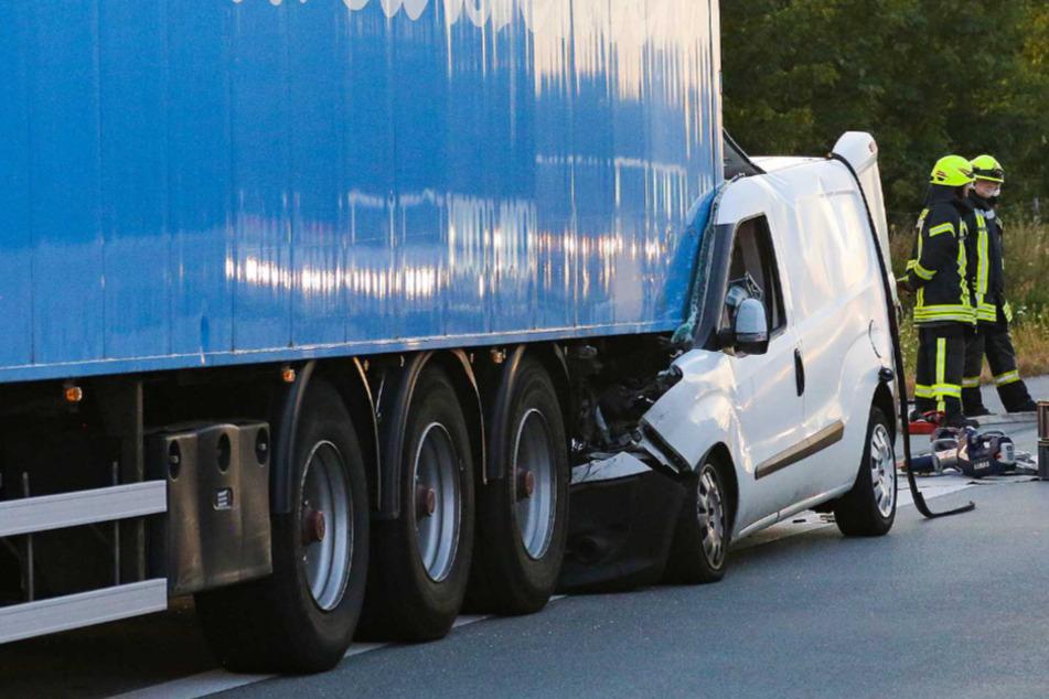 Tödlicher Unfall auf der A7: Auto rast unter Lastwagen