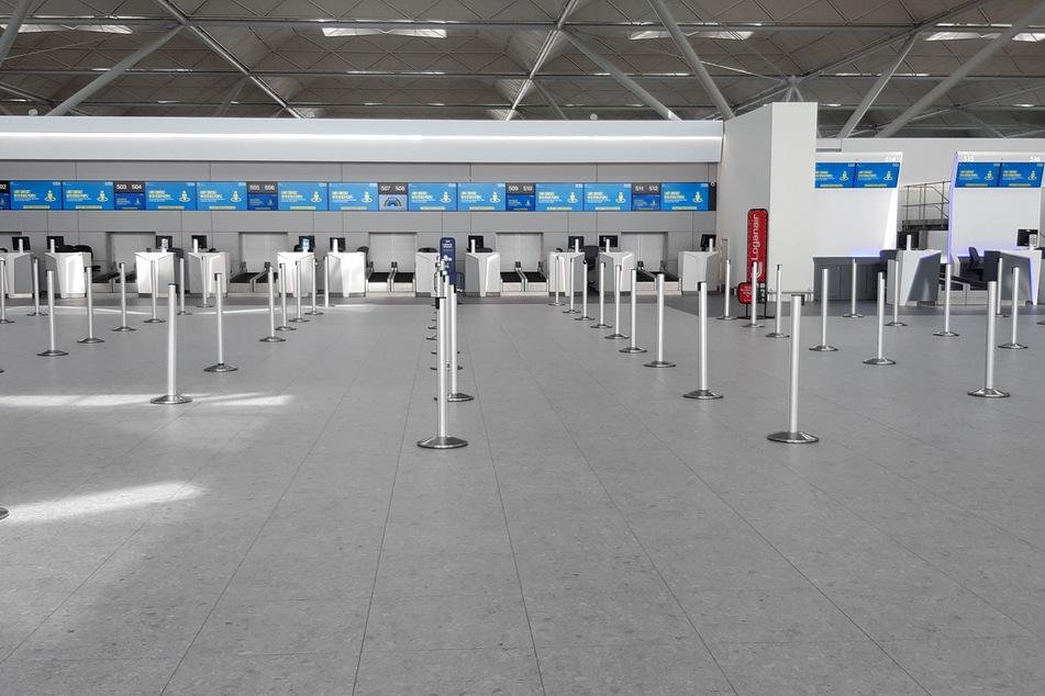 Der Wartebereich vor Check-in-Schaltern am Flughafen Stansted in Essex ist menschenleer.