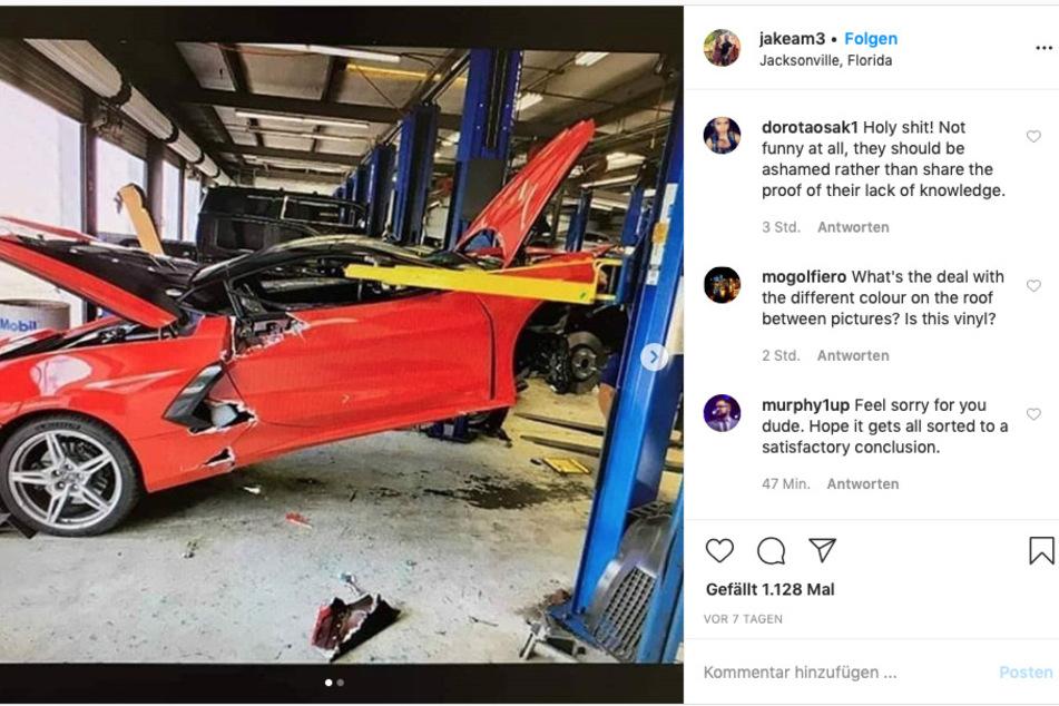 Die Corvette C8 ist soeben von der Hebebühne gerutscht.