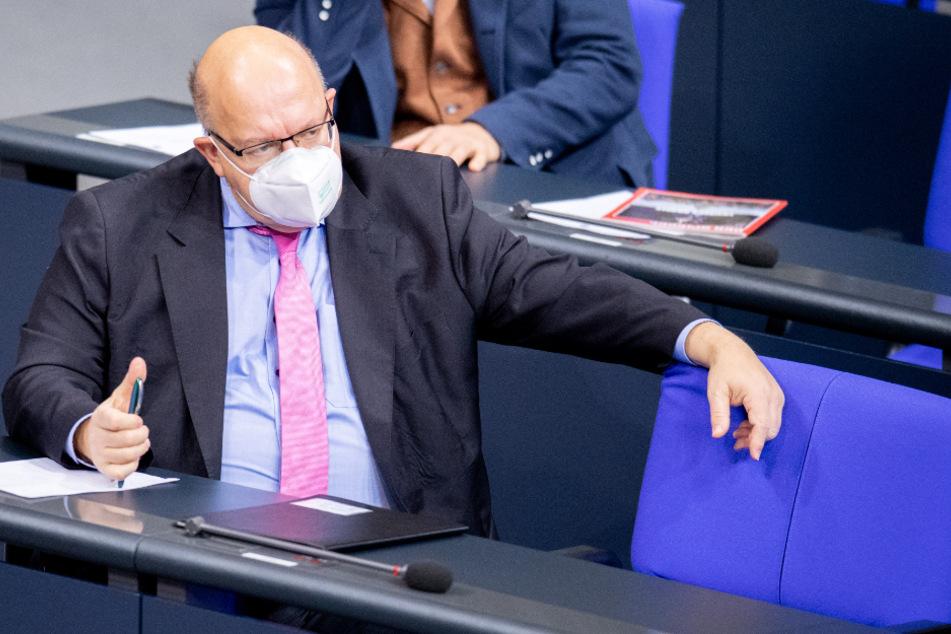 Peter Altmaier folgt einer Debatte im Bundestag zum Thema Ausstieg aus der Braunkohleverstromung.