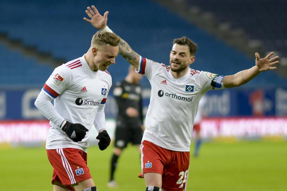 HSV-Kapitän Tim Leibold (r.) jubelt mit Torschütze Sonny Kittel über das 1:0 gegen den VfL Osnabrück.